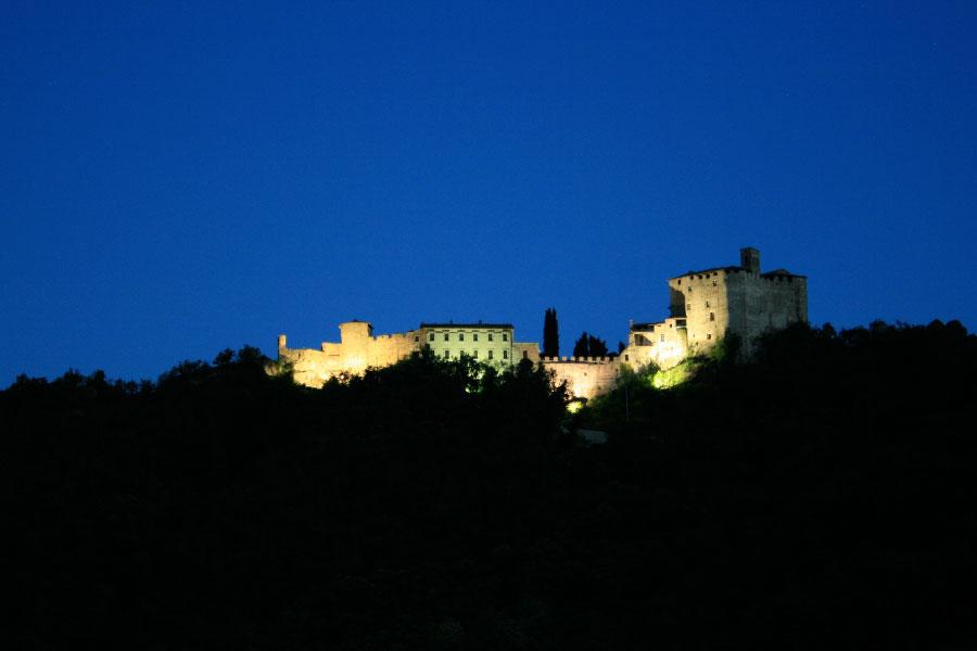 Vista notturna della Rocca d'Olgisio